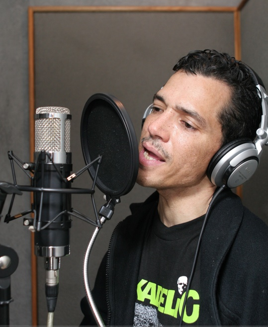 El on the mic.jpg (114373 bytes)